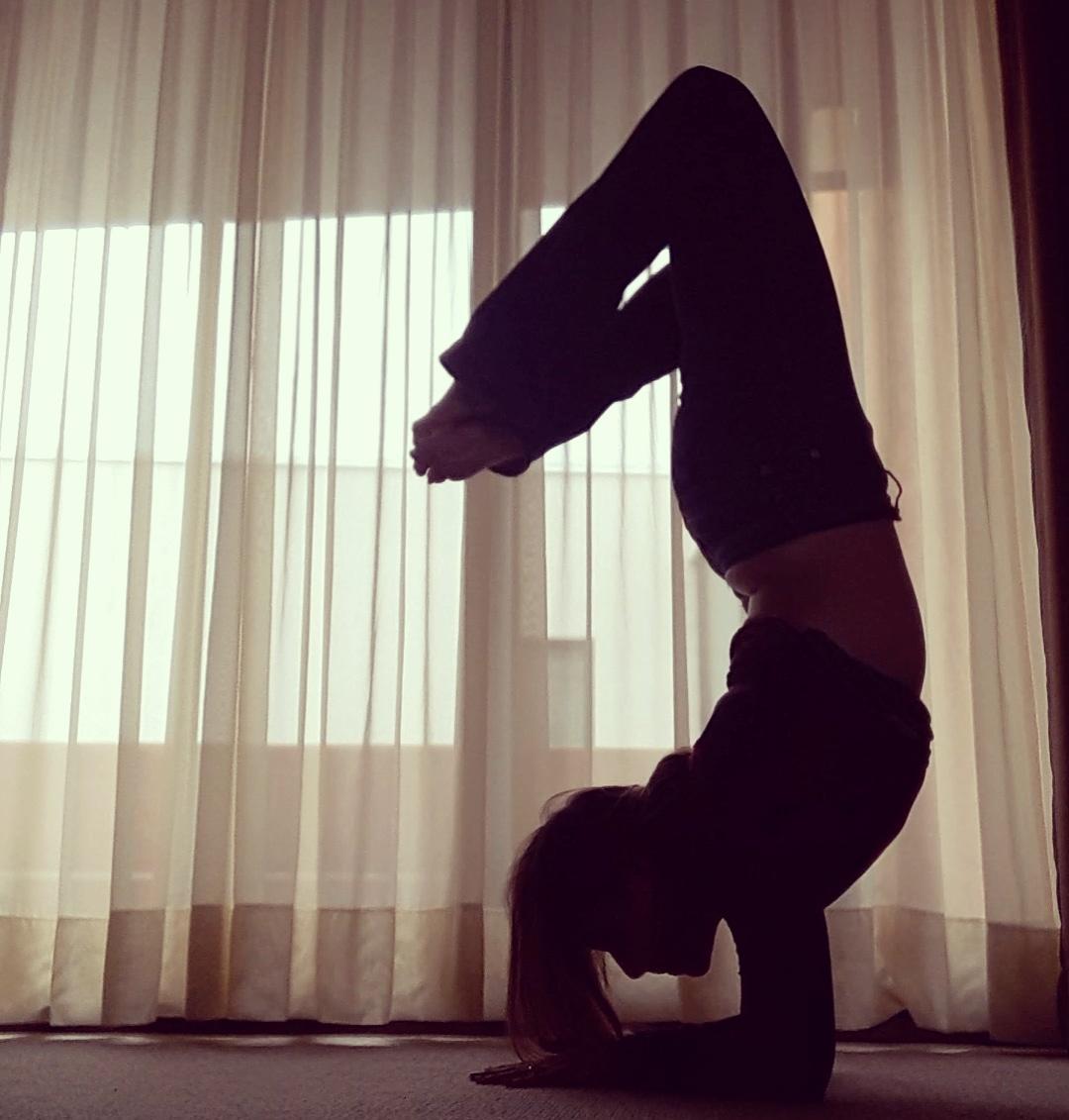 Las posturas invertidas de yoga - NES No Estás Sola